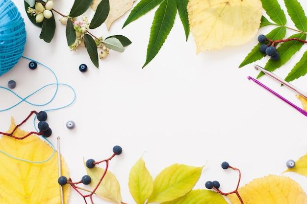 Связанные крючком аксессуары и рамка из листьев