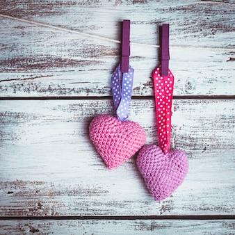밧줄에 나눠 발렌타인 하트 크로 셰 뜨개질. 발렌타인의 날 인사말 카드입니다. 사랑 개념