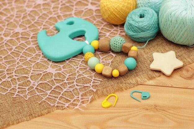 かぎ針編みの木材とシリコンのガラガラ。