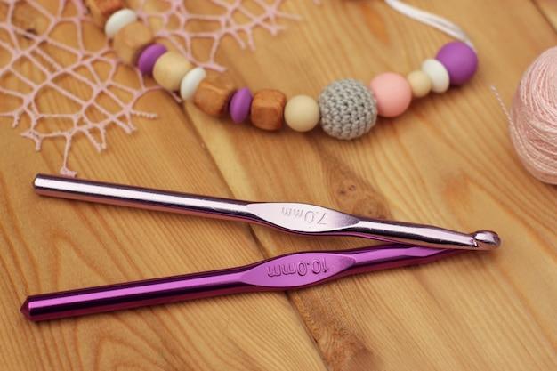 Вязаный крючком держатель для детской пустышки. крючки для пряжи.