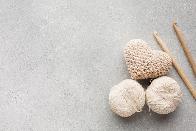 뜨개질을 한 심혼 모양 및 꿰매는 백색 실