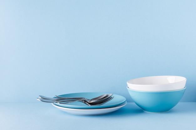 블루 파스텔에 그릇과 칼 붙이