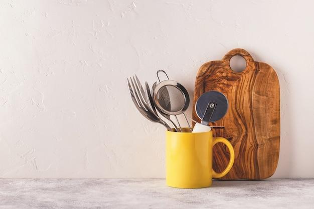 Посуда и столовые приборы на светлом столе