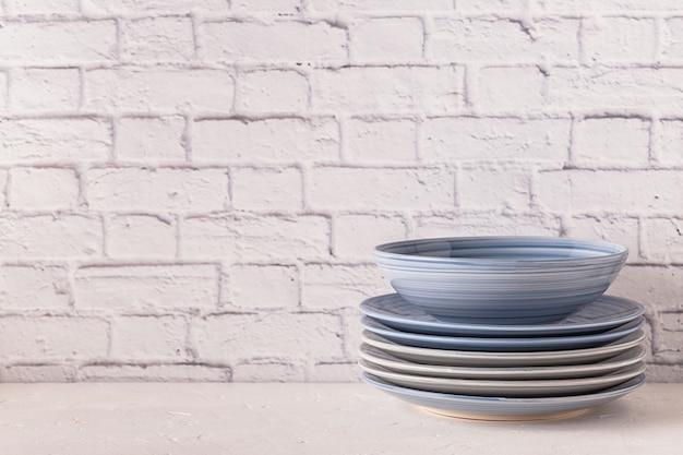 Посуда на светлом столе