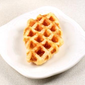 白いプレートに分離されたクロワッサンワッフル。韓国で人気の料理