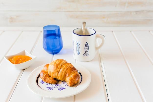 朝食用のクロワッサンとコーヒー