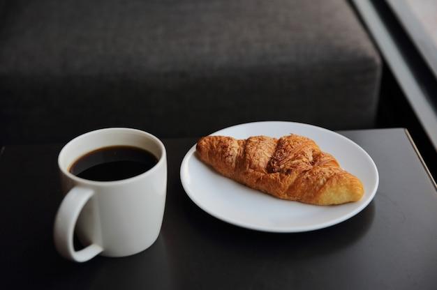 커피숍에서 크루아상과 커피