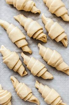 Fotografia di cibo per la preparazione della cottura al forno per croissant