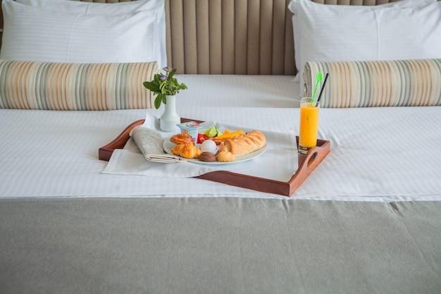 침대에서 트레이에 크로, 삶은 계란, 오렌지 주스 아침 식사