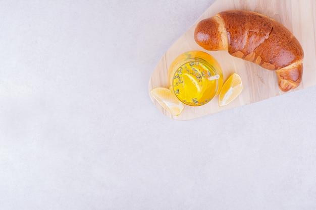 Panino croissant con un bicchiere di limonata