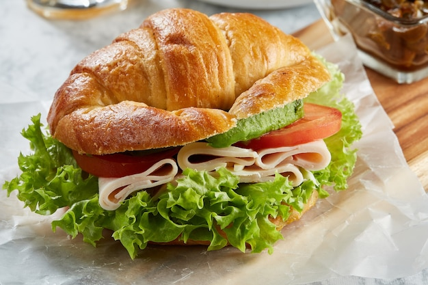 Croissant de jamon y queso con lechuga tomate aguacate