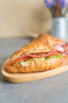 Бутерброд с круассаном