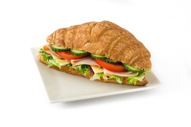 Сэндвич с круассаном, сыром, ветчиной и овощами