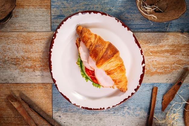 Сэндвич с круассаном, ветчиной и овощами