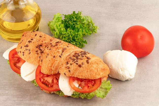 レタスモッツァレラチーズとトマトのクロワッサンサンドイッチ