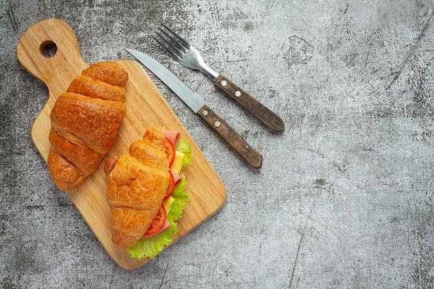 어두운 나무 표면에 크로 샌드위치