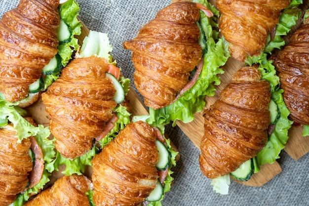 Бутерброды с круассаном на деревянной доске