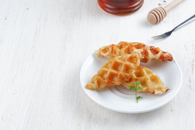 Круассаны вафли или круассаны на белом фоне