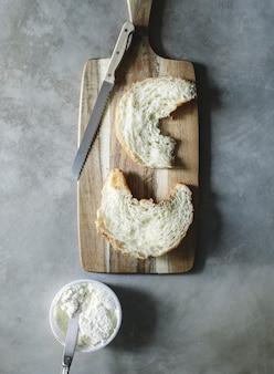 朝食のクリームチーズとクロワッサン