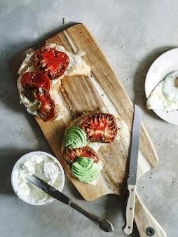 아침에 가보 토마토와 아보카도 크로