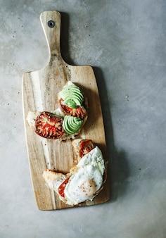 家禽トマト、アボカド、揚げ卵付きのクロワッサン