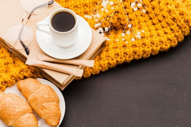 クロワッサンとテーブルの上のコーヒー