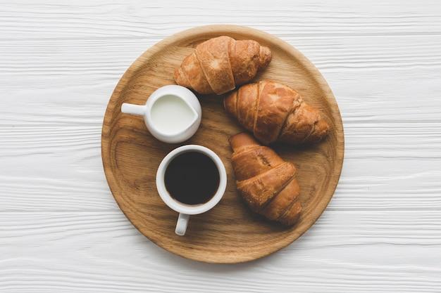 Круассаны и кофе в лотке Premium Фотографии