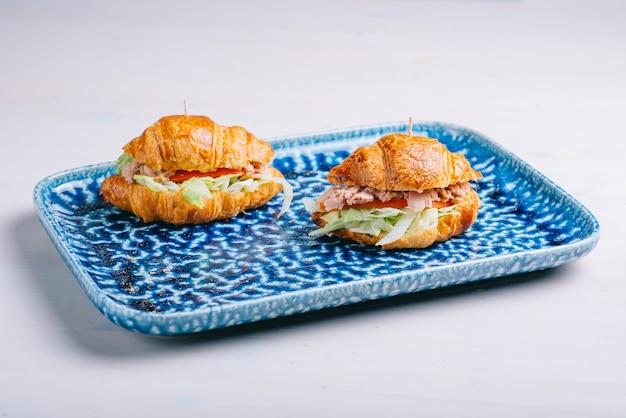 Круассаны и бутерброды с различными начинками, сыром, пармской ветчиной и салатом.