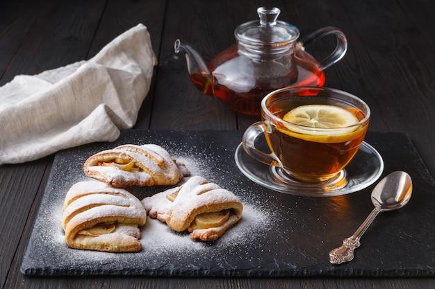 Круассаны и чай на темном