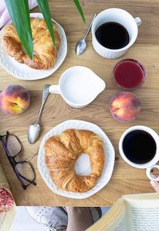 아침 식사로 크루아상 커피와 신선한 과일