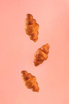 ピンクで飛んでいるクロワッサン。浮上シーン。