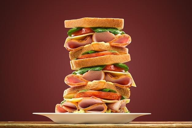 Сэндвичи с круассанами на деревянной разделочной доске, выборочный фокус на переднем сэндвиче с круассанами