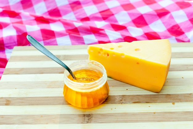 Круассаны с сыром и медом