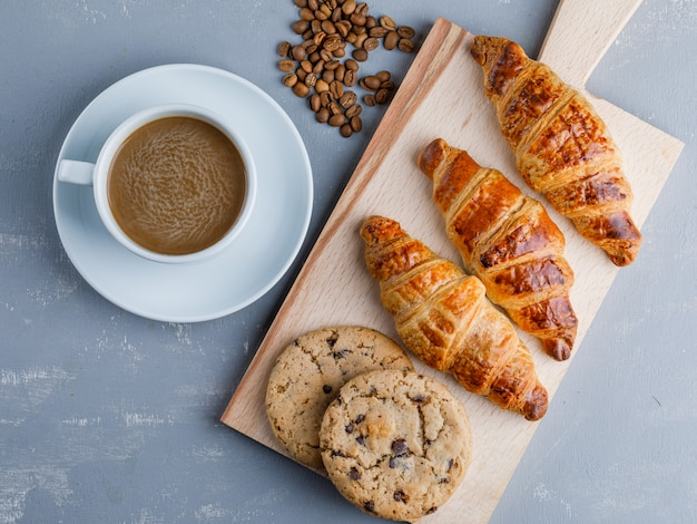 커피와 콩, 석고와 커팅 보드, 평평한 쿠키와 크루아상.