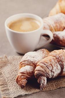 Круассаны с чашкой кофе