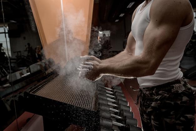 Урожай атлет тереть пудрой руки