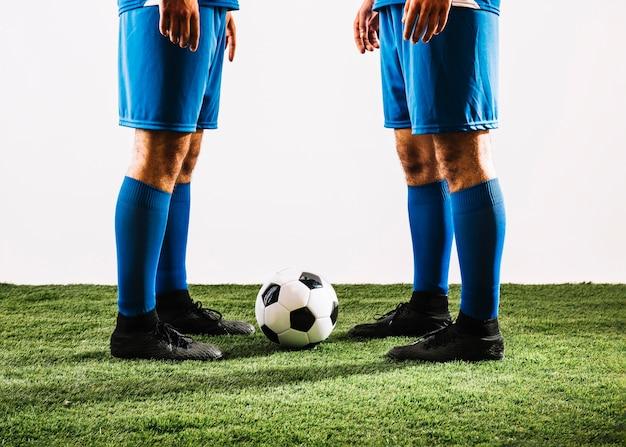Урожай спортсменов возле футбольного мяча