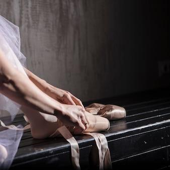 Ritaglia ballerina mettendo su scarpe da punta