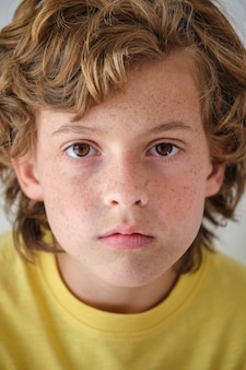 そばかすとウェーブのかかった髪の作物の少年