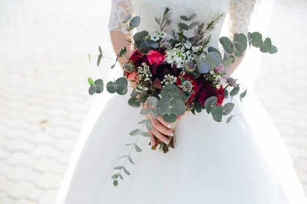 Обрезка невесты с пышным букетом