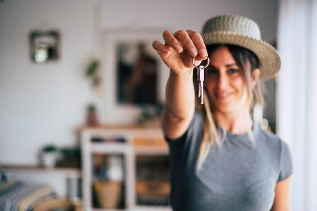 Обрезка крупным планом снимающей женщины-арендатора демонстрирует ключи от дома, переезжающие в первую собственную новую квартиру или дом, счастливая женщина-владелец покупает дом, переезжает в жилище, аренда, аренда, концепция владения