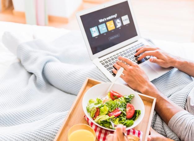 Ritaglia la coppia che mangia insalata e sceglie l'account del servizio di streaming