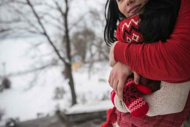 «кадрирование пары в свитерах, охватывающих»