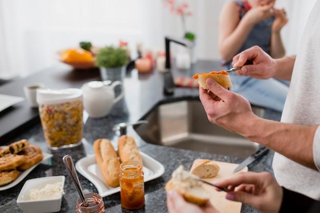 サンドイッチを作っている作物のカップル