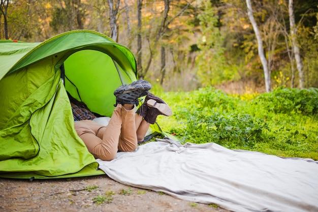 Пару трофеев, отдыхающих в палатке