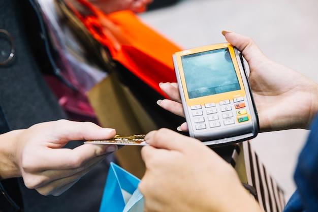 Ritaglia cliente e assistente con macchina pagatrice