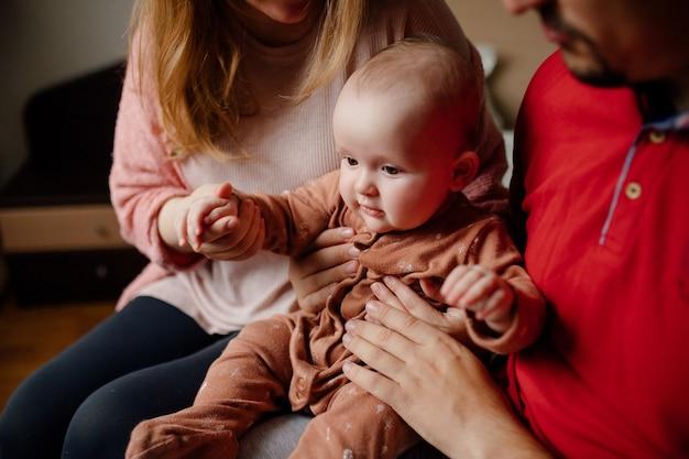 Урожай, отец и мать трогают и играют с милым ребенком в выходной день дома