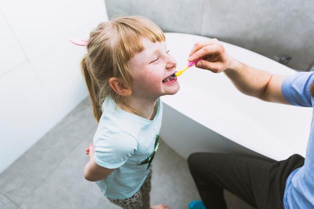 娘の歯を磨く穀物父