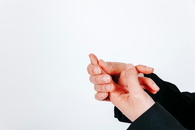 손가락에 통증이있는 여성 손 자르기