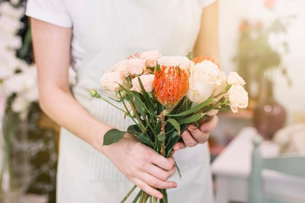 Цветочный флорист с красивым букетом